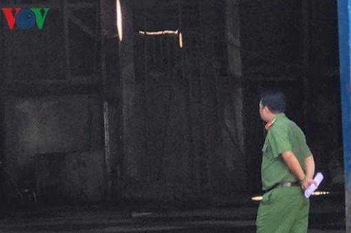Cơ sở sang chiết xăng dầu bốc cháy ở TP.HCM, 2 người bị bỏng nặng