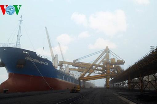 Cảng Cẩm Phả rót 32.000 tấn than đầu năm mới