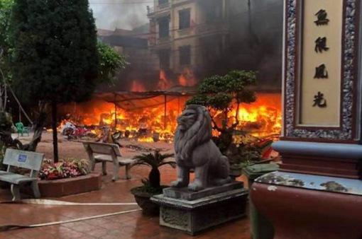 Cháy ngùn ngụt thiêu rụi 9 ki-ốt tại sân Đền Mẫu Đồng Đăng