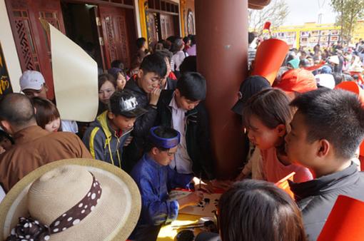 Chen lấn xin ấn, xin chữ ở chùa Đại Tuệ, Nghệ An