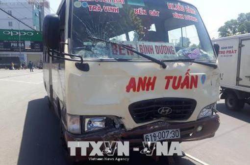 Bình Dương: Xe khách vượt đèn đỏ gây tai nạn nghiêm trọng