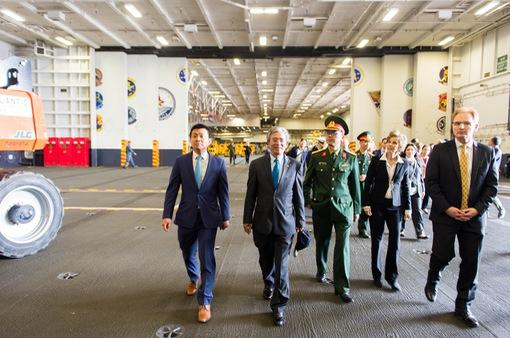 Đại sứ Việt Nam tại Hoa Kỳ thăm tàu sân bay USS George H.W. Bush