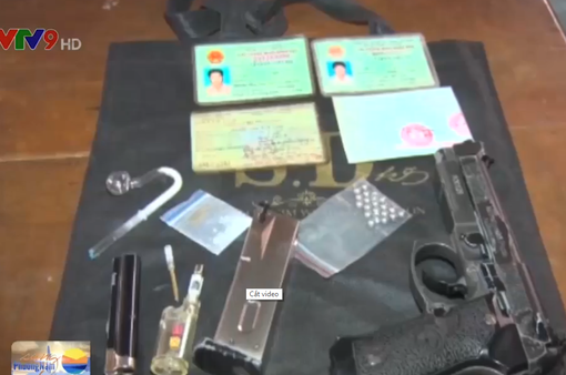 Bến Tre: Bắt 2 đối tượng tàng trữ ma túy đá và súng bắn đạn bi