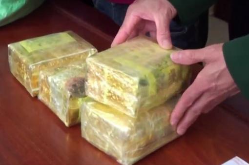 Bắt đối tượng vận chuyển 15kg ma túy đá