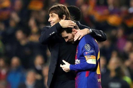 Conte ôm chầm Messi, sao Chelsea buồn bực