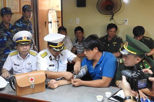 Kịp thời đưa ngư dân bị bệnh trên biển về đất liền cứu chữa
