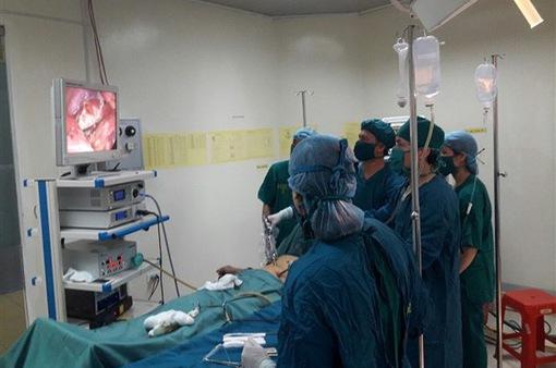 Phẫu thuật nội soi khâu lỗ thủng ruột non