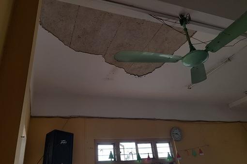 Giáo viên và học sinh hoang mang dưới mái trường chờ sập