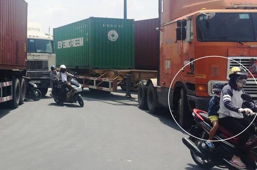 """Nhiều vụ tai nạn giao thông do xe máy """"cắt đầu"""" xe container"""