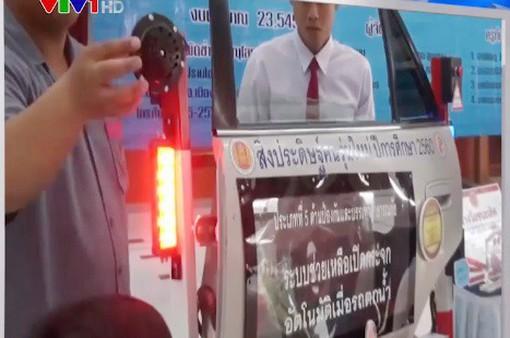 Thái Lan: Phát minh cửa thoát hiểm khẩn cấp khi xe chìm