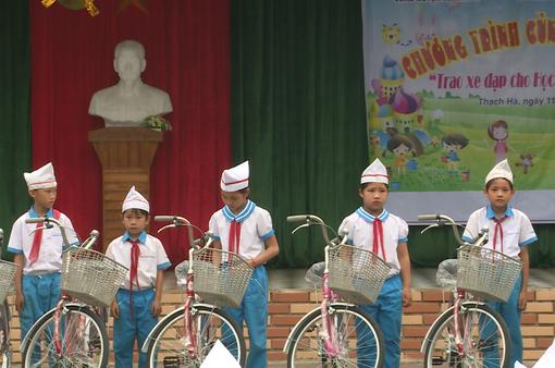 Trao tặng xe đạp cho học sinh nghèo Hà Tĩnh