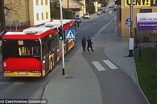 Ba Lan: Cô gái thoát chết gang tấc trước bánh xe bus vì trò đùa của bạn