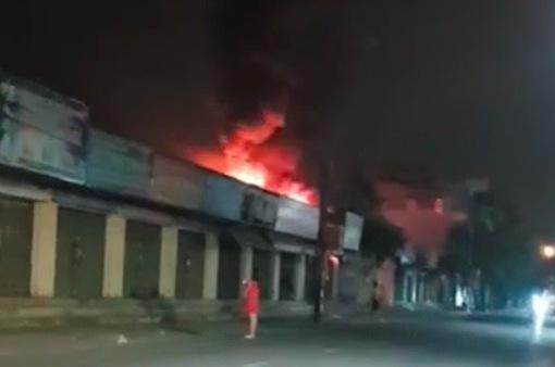 Nam Định: Hỏa hoạn thiêu rụi cửa hàng túi xách trong đêm