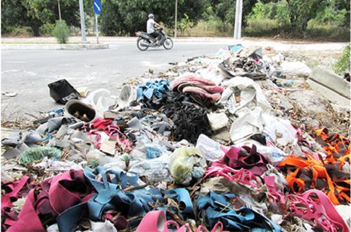 Con đường du lịch ở Nha Trang ngập rác thải, xà bần