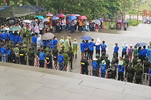 Hàng nghìn người đội mưa vào dâng hương tại Đền Hùng