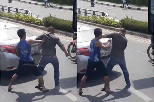 CLIP: Hai thanh niên ẩu đả giữa đường vì va chạm giao thông ở TP.HCM