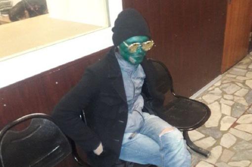 Tên trộm sơn mặt xanh như ma-nơ-canh để... trốn cảnh sát