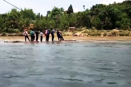 Hàng chục học sinh ở Quảng Ngãi phải kéo bè đi học