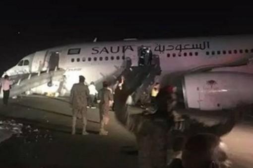 Máy bay Saudi Arabia hạ cánh khẩn cấp, hơn 50 người bị thương