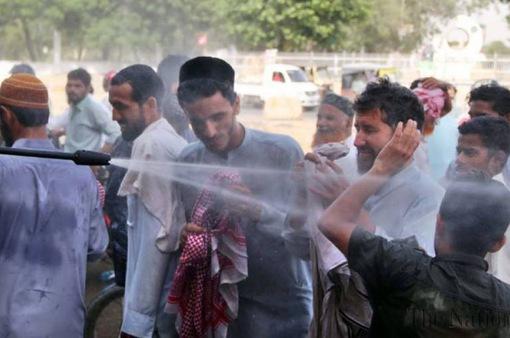 Người dân Karachi, Pakistan chật vật đối phó với nắng nóng