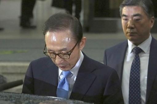 Cựu Tổng thống Hàn Quốc Lee Myung-bak hầu tòa