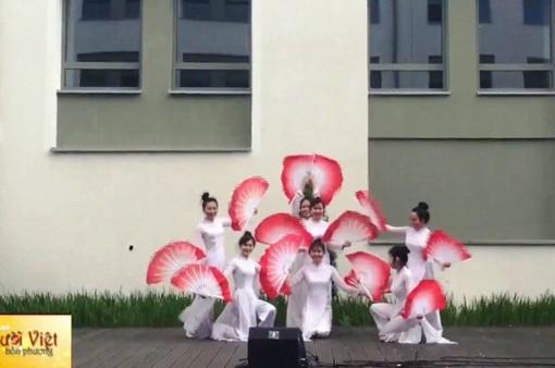 """Nhóm du học sinh Việt Nam tham gia """"Ngày lễ Quốc tế"""" tại Ba Lan"""