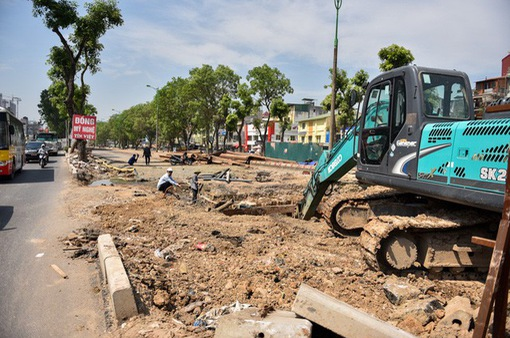 Nguy hiểm rình rập trên con đường nghìn tỷ đồng đang thi công ở Hà Nội