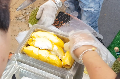 Sầu riêng Thái Lan hút khách tại Hội chợ bán lẻ hàng Thái Lan