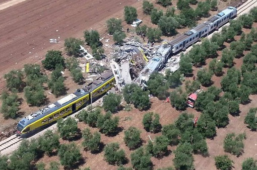 Tàu hỏa lao vào xe tải tại Italy, 17 người thương vong