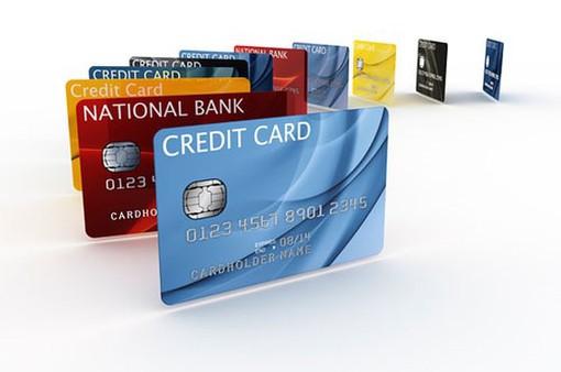 """Người tiêu dùng nên làm gì trước """"bẫy"""" thẻ tín dụng?"""