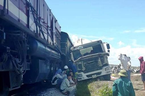 Nghệ An: Cố băng qua đường sắt, xe bồn bê tông bị tàu hàng đâm ngang