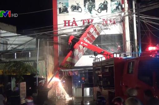 Biển quảng cáo ngã đổ trong mưa ở TP.HCM, 1 phụ nữ bị điện giật