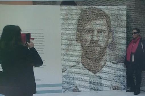 Tranh tường Lionel Messi được làm từ 200 hình dán