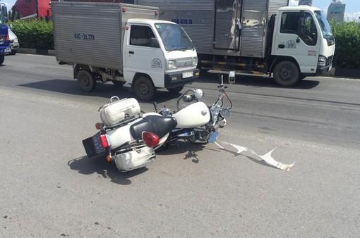 Truy đuổi xe tải tông xe cảnh sát giao thông rồi bỏ chạy