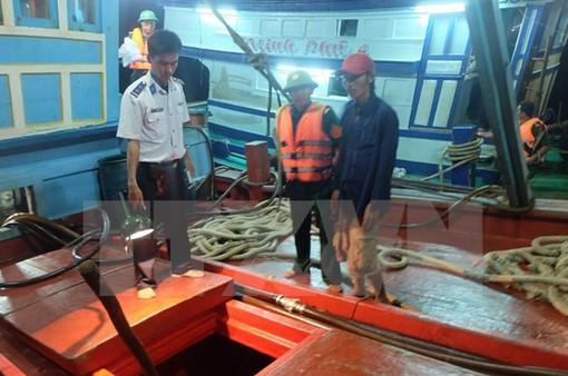 Bắt giữ 2 tàu chở xăng dầu không rõ nguồn gốc