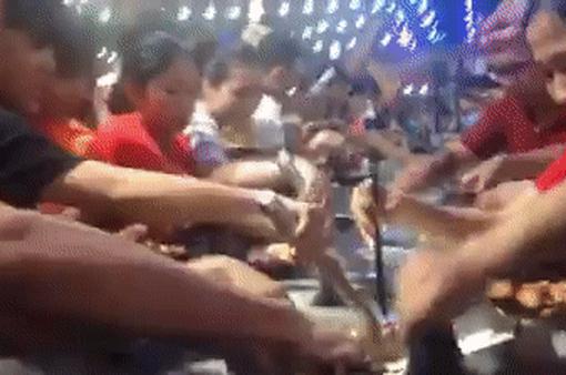 Hàng trăm người xô đẩy, tranh giành ăn buffet miễn phí ở Cần Thơ