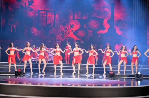 Chi Pu hát nhảy cùng thí sinh Hoa hậu Việt Nam trình diễn bikini nóng bỏng