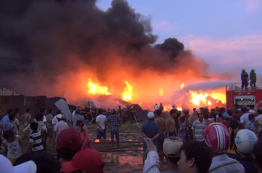 TP.HCM: Cháy lớn tại cơ sở sản xuất keo nhựa, nhà xưởng bị đổ sập