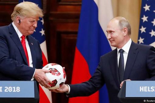 Tổng thống Putin tặng quả bóng World Cup 2018 cho ông Trump