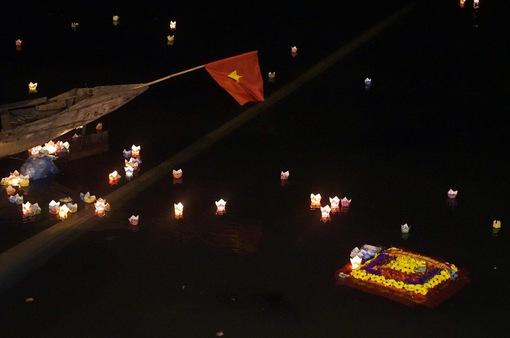 """Đêm hoa đăng """"Tri ân đồng đội"""" trên sông Thạch Hãn"""
