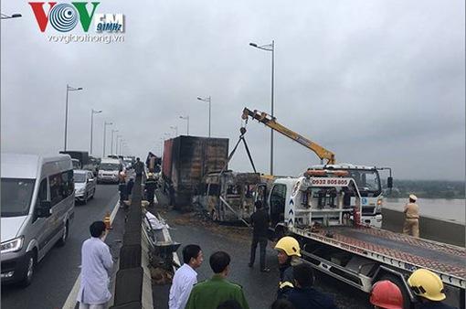 Tai nạn trên cao tốc, 2 người chết cháy trong xe