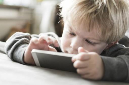Cảnh báo chứng rối loạn vận động do sử dụng điện thoại thông minh
