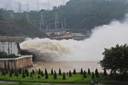 Thủy điện Hòa Bình mở thêm 1 cửa xả đáy