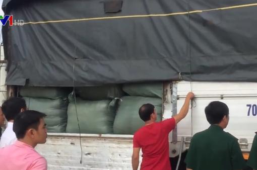 Bắt vụ nhập lậu hàng trăm thùng quần áo đã qua sử dụng