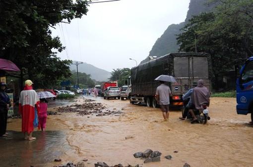Quốc lộ 6 ngập sâu, giao thông chia cắt