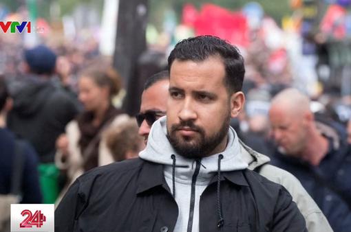Vệ sĩ của Tổng thống Pháp hành hung người biểu tình