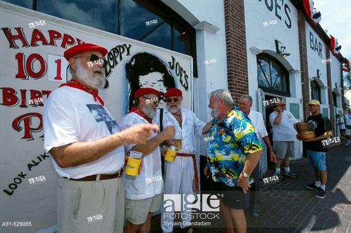 Độc đáo lễ hội với hàng trăm người đóng giả nhà văn Hemingway