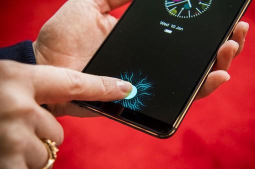 """Vì sao Apple nằm ngoài """"cuộc chơi"""" phổ cập cảm biến vân tay dưới màn hình?"""