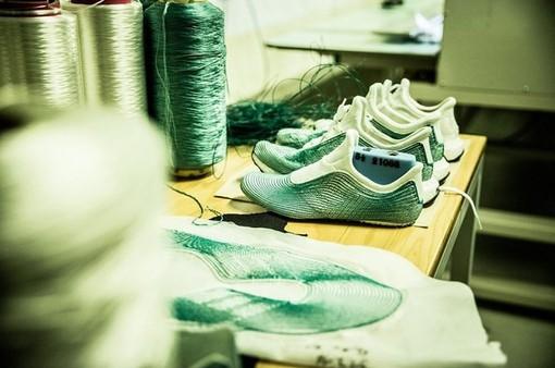 Adidas bán 1 triệu đôi giày làm từ nhựa tái chế