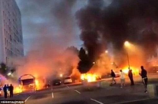 Thụy Điển: Khoảng 100 xe ô tô bị nhóm thanh niên đốt trụi